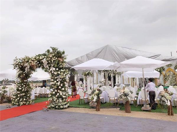Đám cưới khủng ở Hưng Yên: Bố giàu nứt đố đổ vách bảo sao dựng rạp thôi cũng ngốn 2 tỷ lại mời cả ca sĩ Đan Trường-2