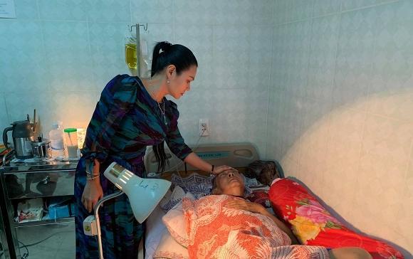 Xót xa hình ảnh nghệ sĩ Lê Bình không còn đủ sức mở mắt để nhìn đồng nghiệp vào thăm nom-1
