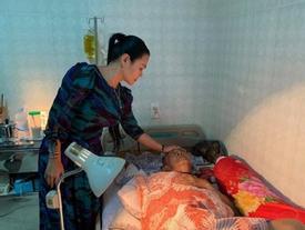 Xót xa hình ảnh nghệ sĩ Lê Bình không còn đủ sức mở mắt để nhìn đồng nghiệp vào thăm nom
