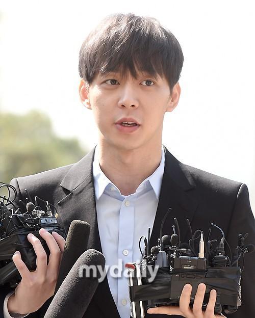 Sao nam Hoàng tử gác mái Park Yoochun đến sở cảnh sát điều tra scandal ma túy trong tâm thế thoải mái-1