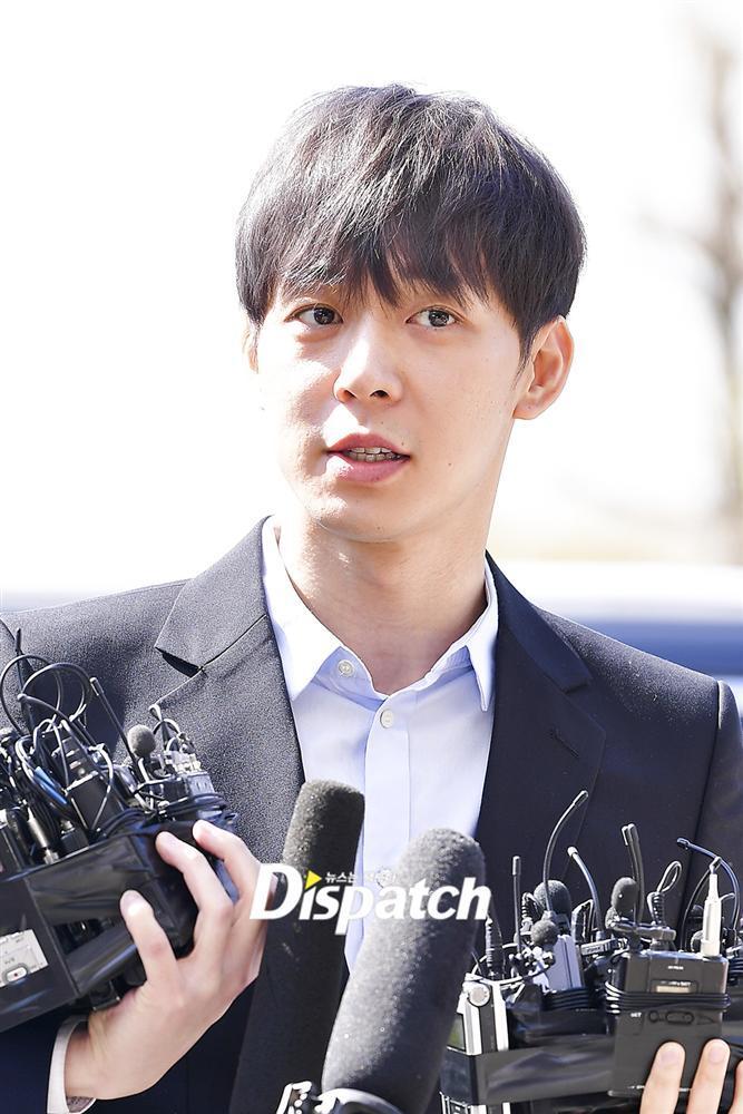 Sao nam Hoàng tử gác mái Park Yoochun đến sở cảnh sát điều tra scandal ma túy trong tâm thế thoải mái-10
