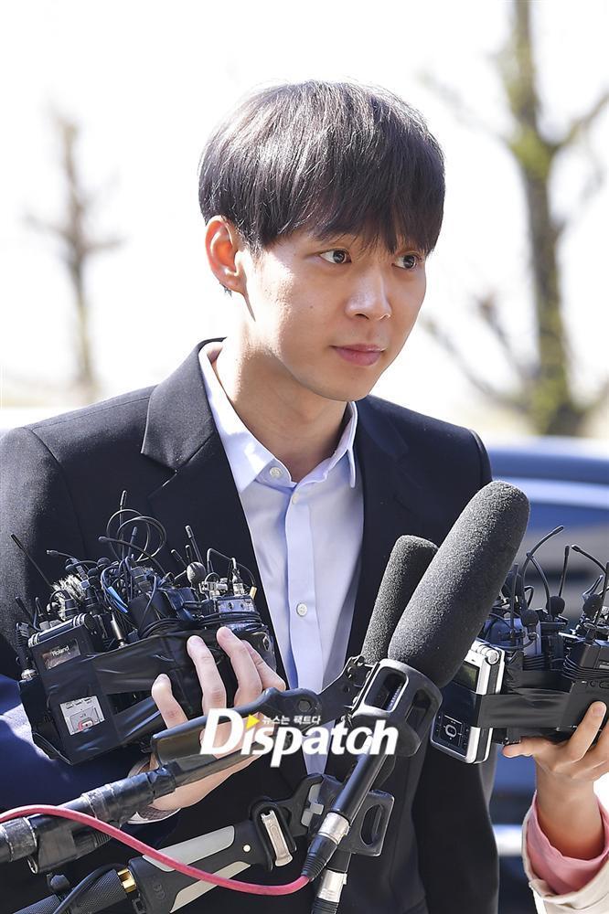 Sao nam Hoàng tử gác mái Park Yoochun đến sở cảnh sát điều tra scandal ma túy trong tâm thế thoải mái-11