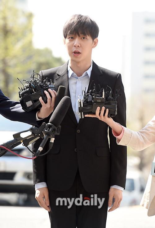 Sao nam Hoàng tử gác mái Park Yoochun đến sở cảnh sát điều tra scandal ma túy trong tâm thế thoải mái-2