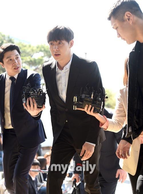 Sao nam Hoàng tử gác mái Park Yoochun đến sở cảnh sát điều tra scandal ma túy trong tâm thế thoải mái-3