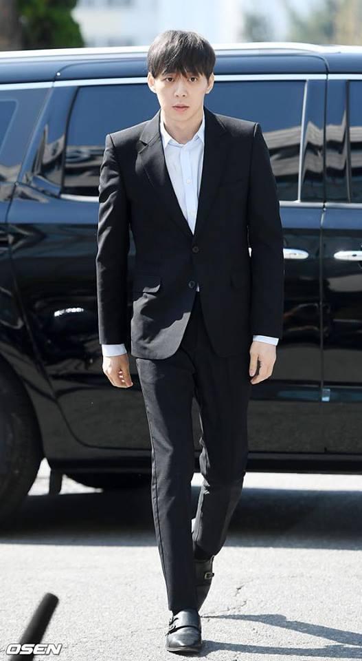 Sao nam Hoàng tử gác mái Park Yoochun đến sở cảnh sát điều tra scandal ma túy trong tâm thế thoải mái-6