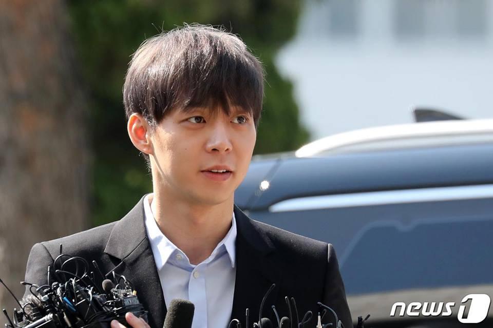 Sao nam Hoàng tử gác mái Park Yoochun đến sở cảnh sát điều tra scandal ma túy trong tâm thế thoải mái-7