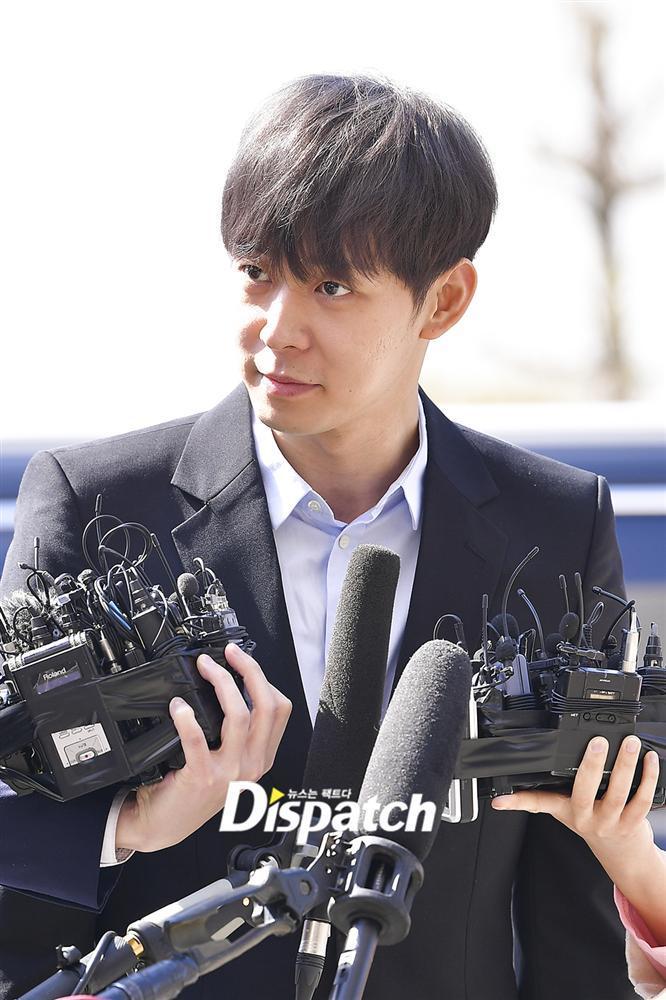 Sao nam Hoàng tử gác mái Park Yoochun đến sở cảnh sát điều tra scandal ma túy trong tâm thế thoải mái-8