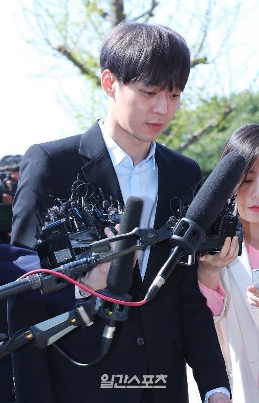 Sao nam Hoàng tử gác mái Park Yoochun đến sở cảnh sát điều tra scandal ma túy trong tâm thế thoải mái-9