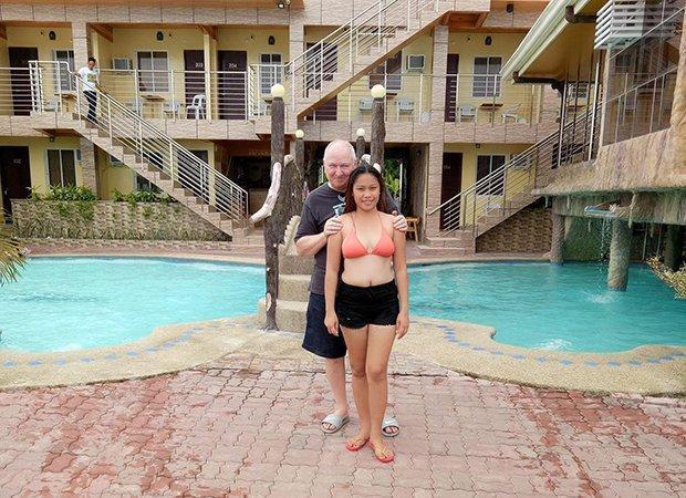 Phải lòng ông lão 71 tuổi qua mạng, cô gái 23 tuổi quyết cưới sau vài tháng-2