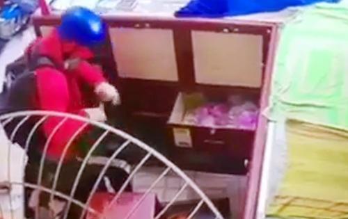 Clip: Gã đàn ông giả gái đi cướp tiệm vàng, bà chủ bị chích điện nằm im giả chết-1