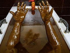 Kỳ lạ vùng đất thích tắm dầu thô chứa chất gây ung thư, hại hồng cầu