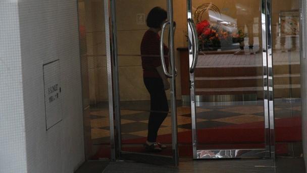 Tài tử Hong Kong xấu hổ đến mức không dám lộ mặt sau khi bị người tình Á hậu cắm sừng-4