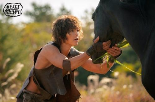 Song Joong Ki gây sốc với tạo hình nhếch nhác, tả tơi, cơ bắp cuồn cuộn trong phim mới-1