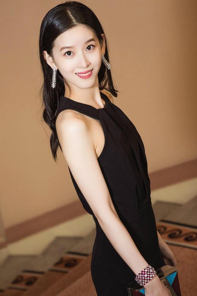 Hot girl trà sữa từ tỷ phú trẻ nhất Trung Quốc đến cô vợ đáng thương-8