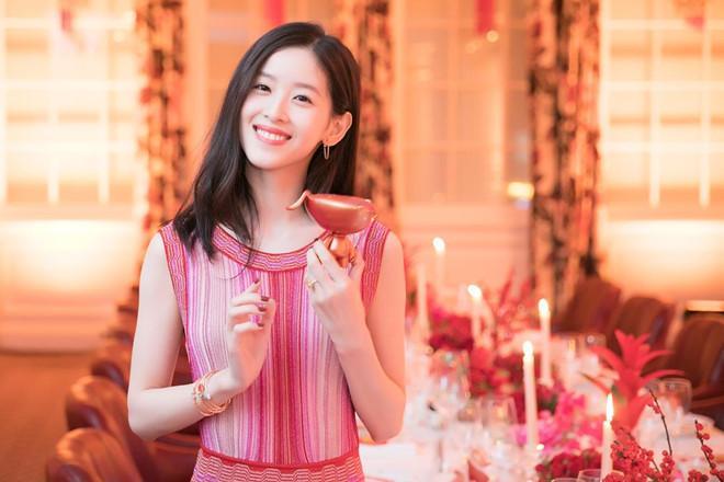Hot girl trà sữa từ tỷ phú trẻ nhất Trung Quốc đến cô vợ đáng thương-10