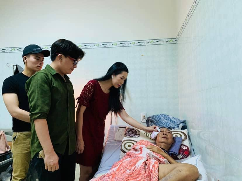 Nghệ sĩ Lê bình đã tỉnh táo hơn nhưng tâm trạng vô cùng nhạy cảm, liên tục rơi nước mắt mỗi khi có người đến thăm-3
