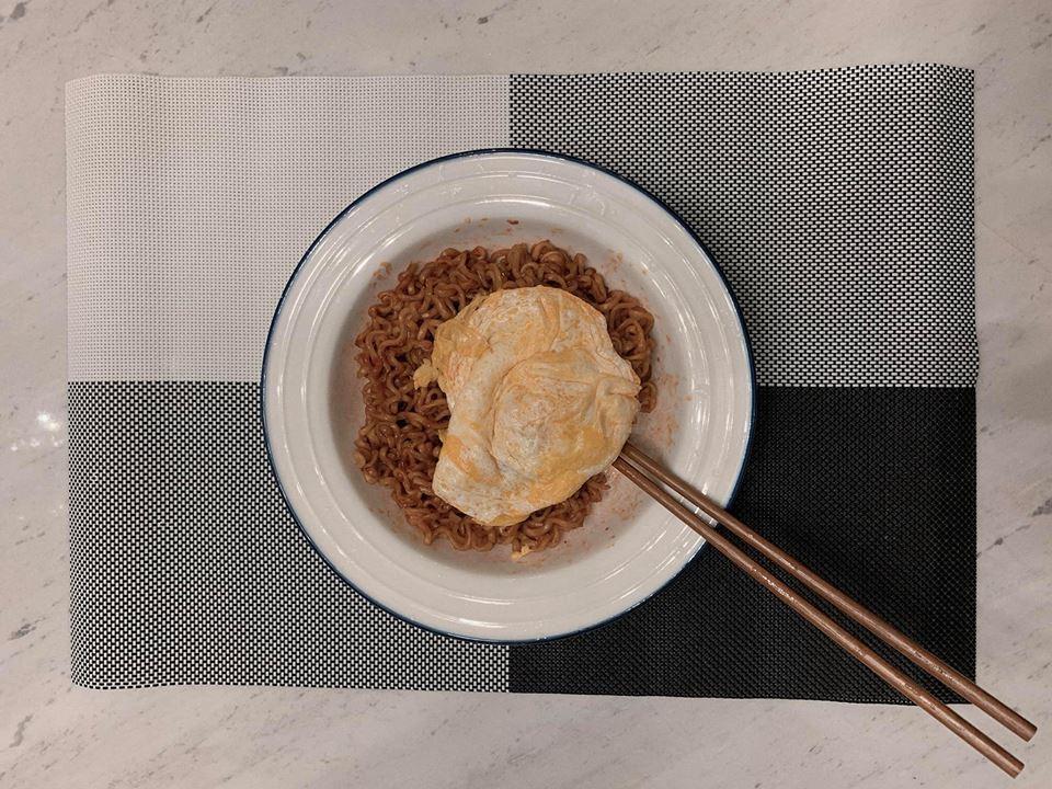 Ân cần vào bếp nấu ăn cho Hari Won đi làm về khuya, ai ngờ Trấn Thành lại bị nghi... mặc quần của vợ-2
