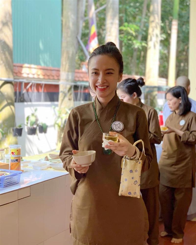 Không còn nghiện khoe thân, Angela Phương Trinh tuổi 24 đẹp nền nã trong bộ đồ phật tử-11