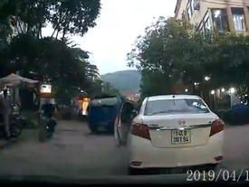 CLIP TỰ NHIÊN NHƯ RUỒI: Cô gái dừng xe giữa ngã ba đường để vào mua trà sữa