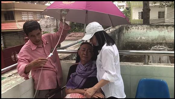 Bật khóc khi gặp Cát Phượng, nghệ sĩ Lê Bình khiến ai cũng xót xa: Lần này anh đau quá em ơi-2