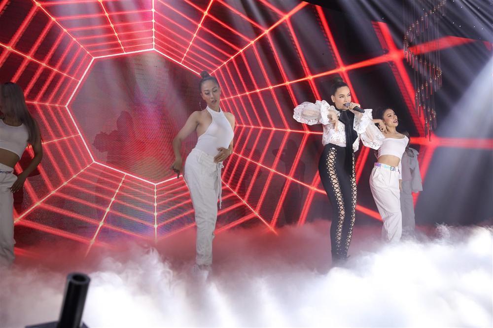Hồ Ngọc Hà gây sốc khi biểu diễn với quần đan dây hở cả xương chậu trên sân khấu-1