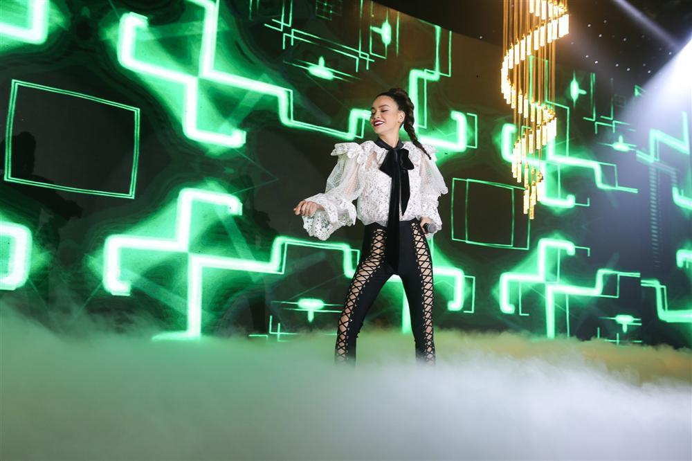 Hồ Ngọc Hà gây sốc khi biểu diễn với quần đan dây hở cả xương chậu trên sân khấu-2
