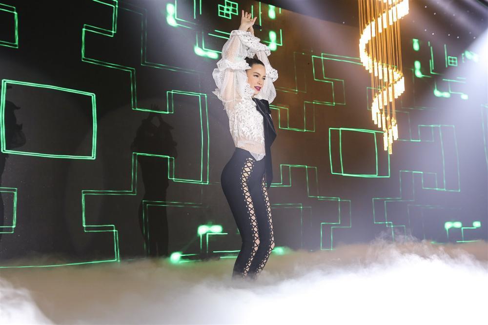 Hồ Ngọc Hà gây sốc khi biểu diễn với quần đan dây hở cả xương chậu trên sân khấu-4