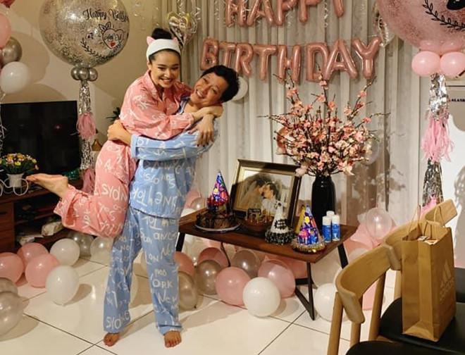 Rò rỉ hình ảnh tiệc sinh nhật Trường Giang: Danh hài ôm hôn, bế bổng Nhã Phương vô cùng hạnh phúc-4