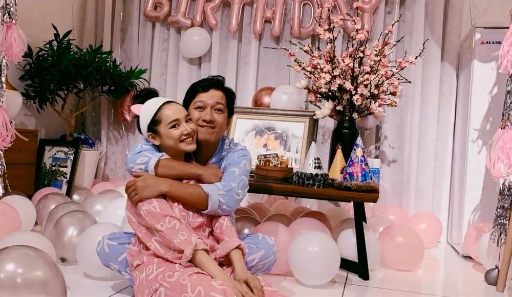 Rò rỉ hình ảnh tiệc sinh nhật Trường Giang: Danh hài ôm hôn, bế bổng Nhã Phương vô cùng hạnh phúc-2