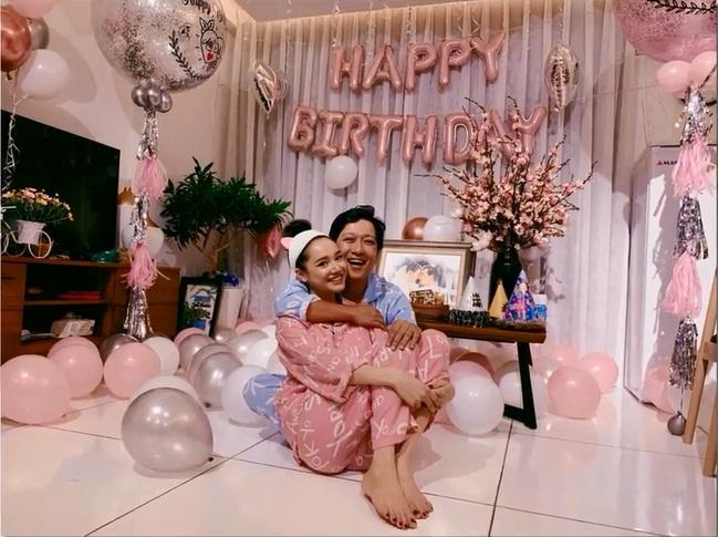 Rò rỉ hình ảnh tiệc sinh nhật Trường Giang: Danh hài ôm hôn, bế bổng Nhã Phương vô cùng hạnh phúc-1