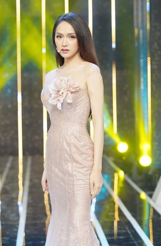 Đi mai mối mà Hương Giang mặc đẹp lấn át, có phải muốn hút hết trai đẹp hay không?-16