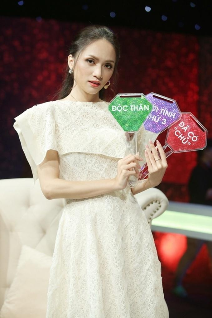 Đi mai mối mà Hương Giang mặc đẹp lấn át, có phải muốn hút hết trai đẹp hay không?-4