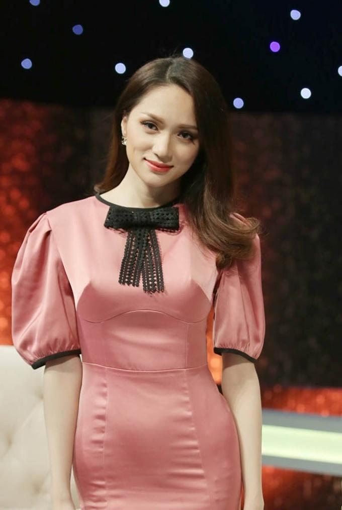 Đi mai mối mà Hương Giang mặc đẹp lấn át, có phải muốn hút hết trai đẹp hay không?-9