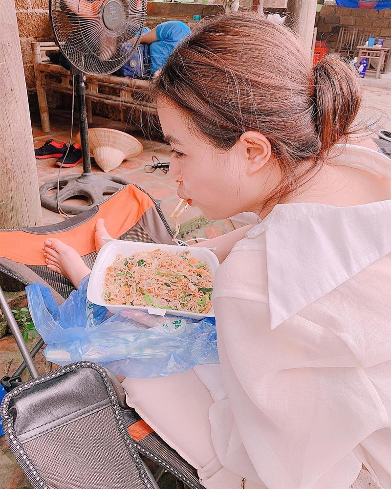Hoàng Thùy Linh ăn uống vội vàng ở hậu trường khi tái xuất phim truyền hình sau 12 năm vắng bóng-1