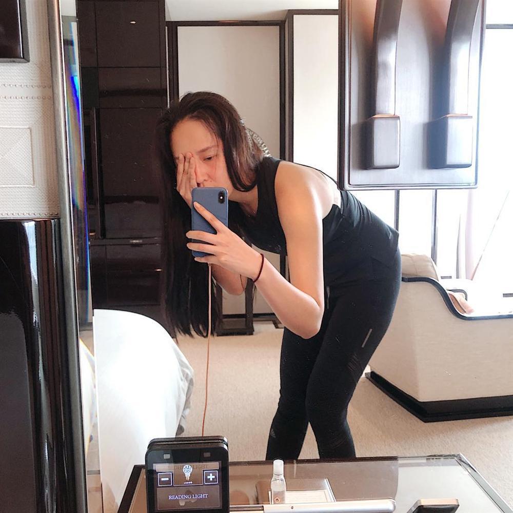 Hoàng Thùy Linh ăn uống vội vàng ở hậu trường khi tái xuất phim truyền hình sau 12 năm vắng bóng-7
