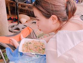 Hoàng Thùy Linh ăn uống vội vàng ở hậu trường khi tái xuất phim truyền hình sau 12 năm vắng bóng
