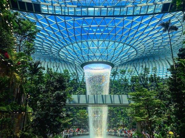 Du khách hào hứng check-in bên thác nước ở sân bay Changi-1