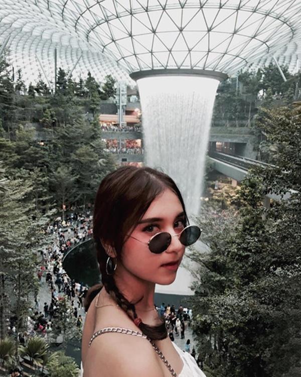 Du khách hào hứng check-in bên thác nước ở sân bay Changi-2