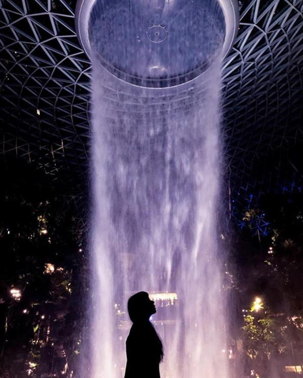 Du khách hào hứng check-in bên thác nước ở sân bay Changi-4