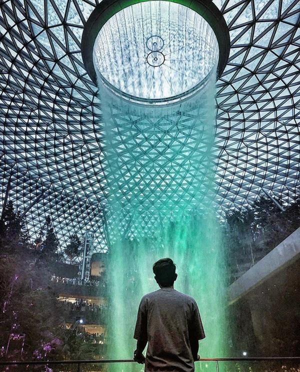 Du khách hào hứng check-in bên thác nước ở sân bay Changi-5