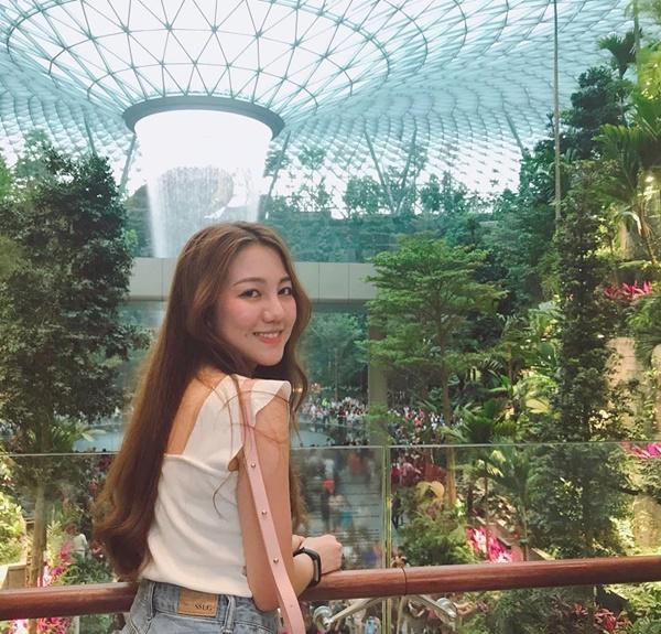 Du khách hào hứng check-in bên thác nước ở sân bay Changi-6