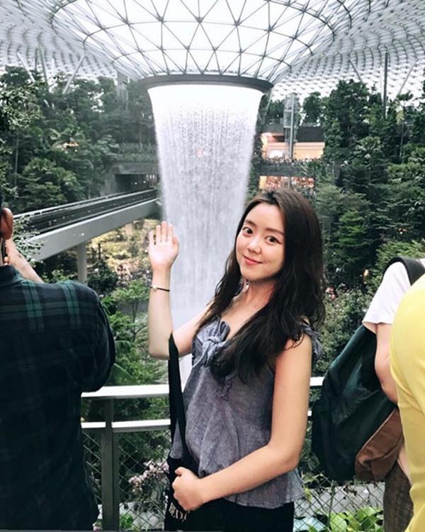 Du khách hào hứng check-in bên thác nước ở sân bay Changi-7