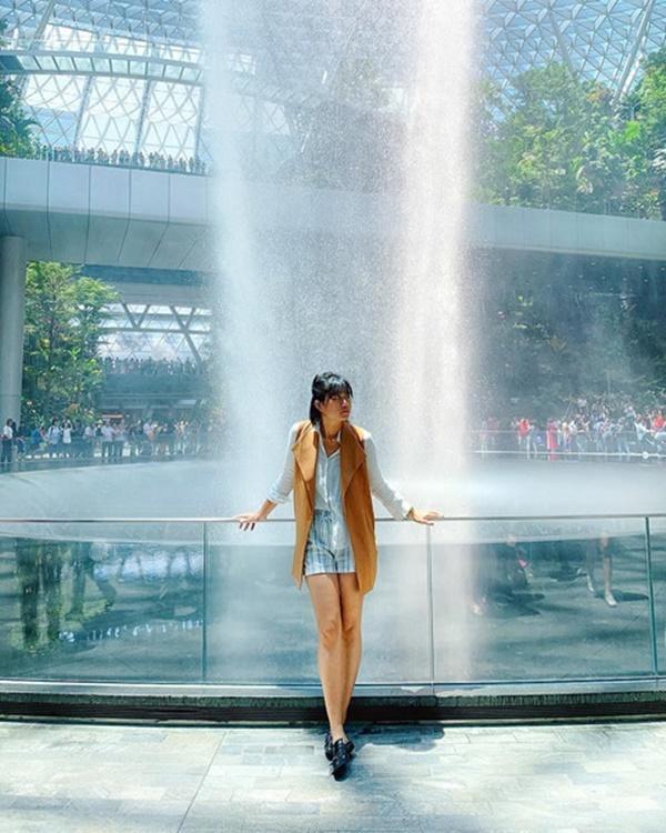 Du khách hào hứng check-in bên thác nước ở sân bay Changi-8