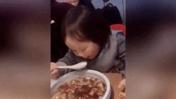 Vừa xúc đồ ăn lại có biểu cảm siêu đáng yêu, bé gái 'gây nghiện' người xem ngay từ những giây đầu tiên