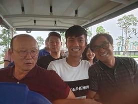 Phan Văn Đức khoe được 'bố' Park đến thăm, đồng đội thi nhau ghen tị
