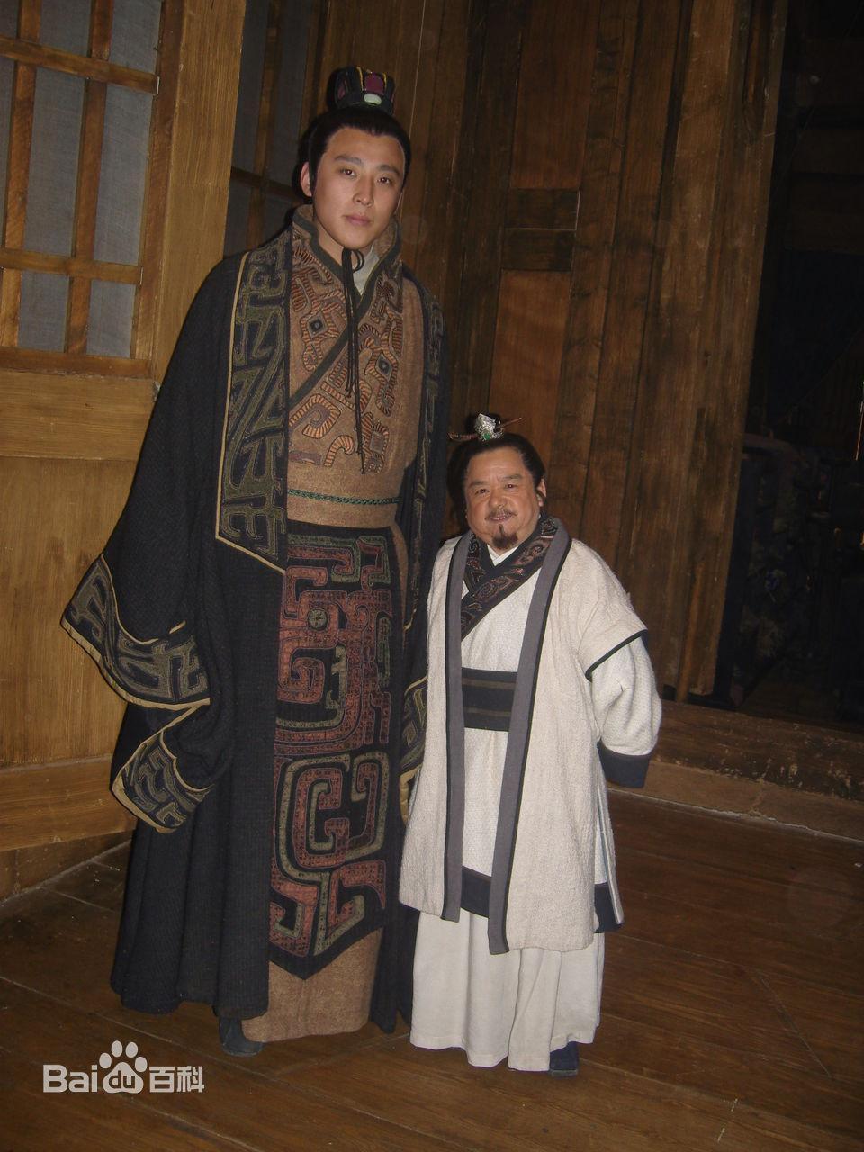 Diễn viên lùn nhất Trung Quốc: Chỉ cao 1m2 nhưng đào hoa, lấy tới 4 vợ trẻ đẹp-2