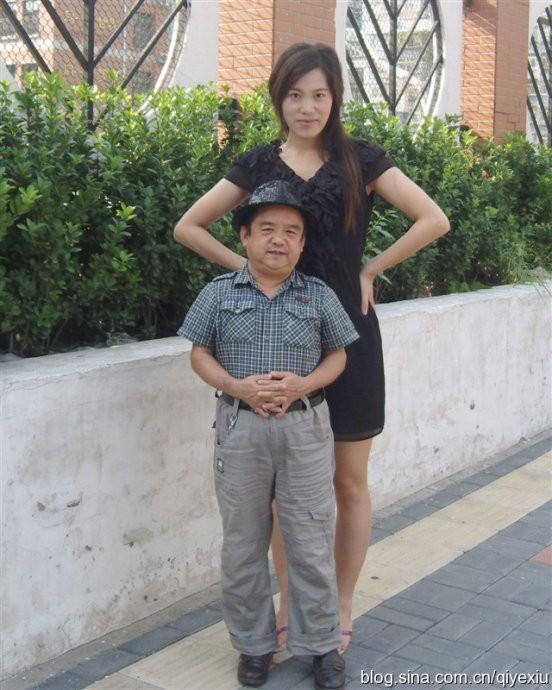 Diễn viên lùn nhất Trung Quốc: Chỉ cao 1m2 nhưng đào hoa, lấy tới 4 vợ trẻ đẹp-9