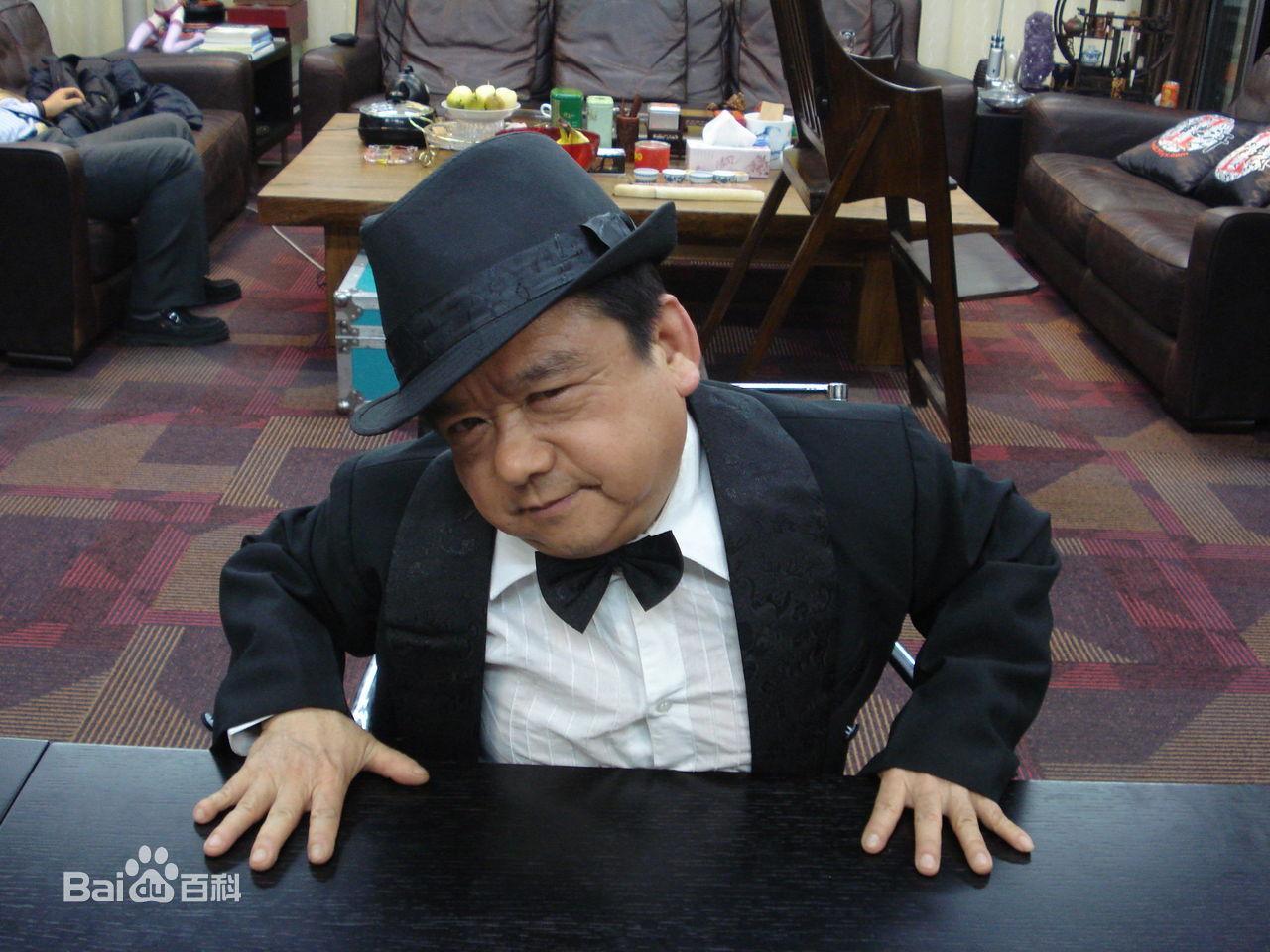 Diễn viên lùn nhất Trung Quốc: Chỉ cao 1m2 nhưng đào hoa, lấy tới 4 vợ trẻ đẹp-6