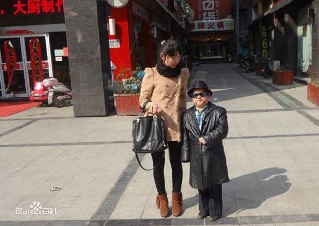 Diễn viên lùn nhất Trung Quốc: Chỉ cao 1m2 nhưng đào hoa, lấy tới 4 vợ trẻ đẹp-7