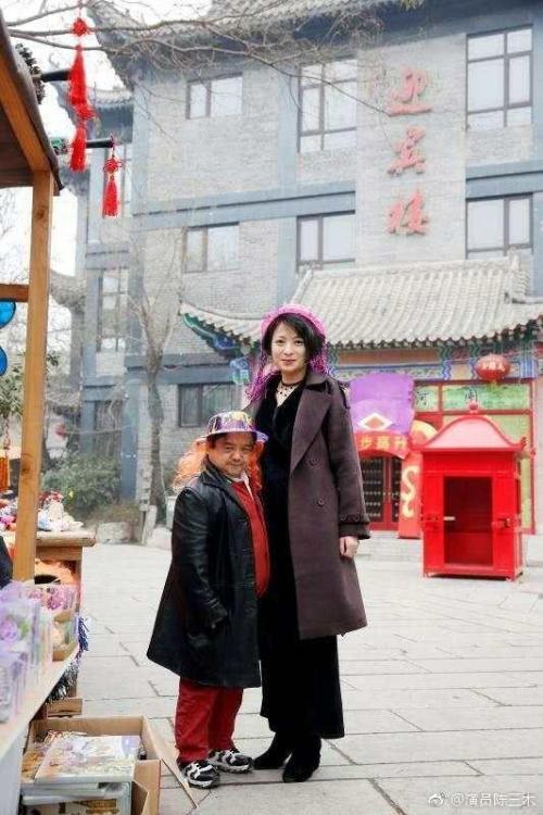 Diễn viên lùn nhất Trung Quốc: Chỉ cao 1m2 nhưng đào hoa, lấy tới 4 vợ trẻ đẹp-8